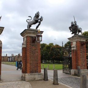 Hampron Cout Palace entrance